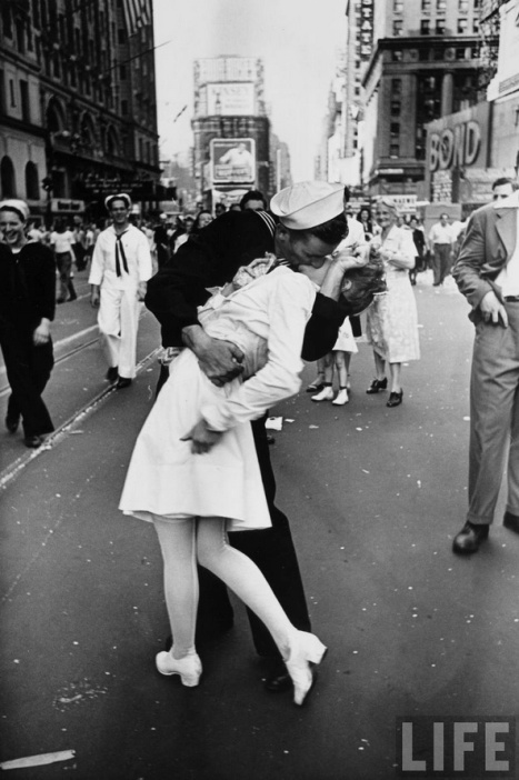 V-J Day in Times Square photograph in LIFE Magazine ©Alfred Eisenstaedt