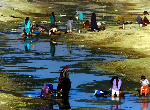 Afghan women, without their burqas, wash clothes in Kabul river ( REUTERS:Yannis Behrakis REUTERS)